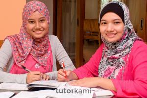 Seorang tutor terbaik wanita mengajar seorang pelajar wanita