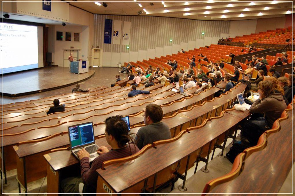 Beberapa pelajar sedang mengikuti syarahan di dewan kuliah - 8 tips pilih universiti