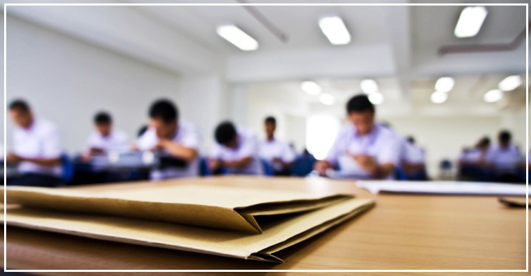 Fail borang UPU di atas meja tulis. 8 tips pilih universiti