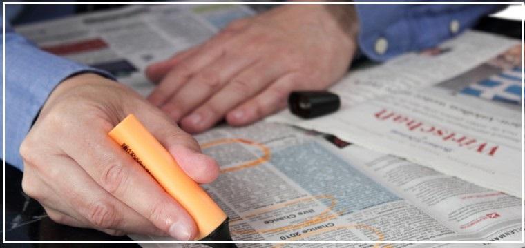 Seseorang menyemak senarai iklan kemasukan universiti di suratkhabar. 8 tips pilih universiti