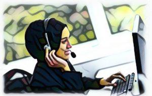 Seorang wanita melayan pertanyaan klien mengenai tutor terbaik melalui telefon
