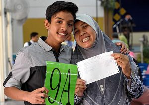 Ibu gembira dengan keputusan cemerlang anak di dalam peperiksaan berkat pengajaran di sekolah dan tutor terbaik