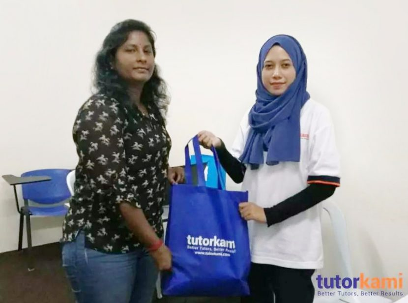 TutorKami of the month Miss Muges receiving prize from TutorKami