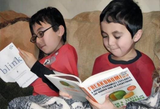 Ujian Saringan Tahun 1: 2 kanak-kanak membaca buku