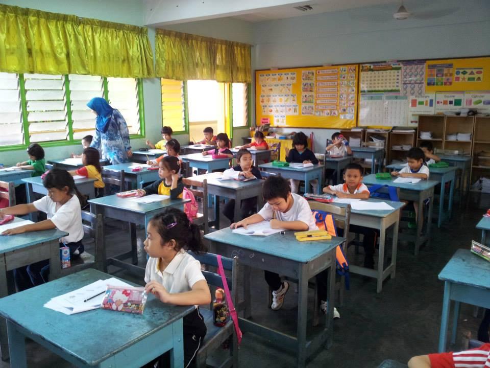 Murid-murid menjalani Ujian Saringan Tahun 1