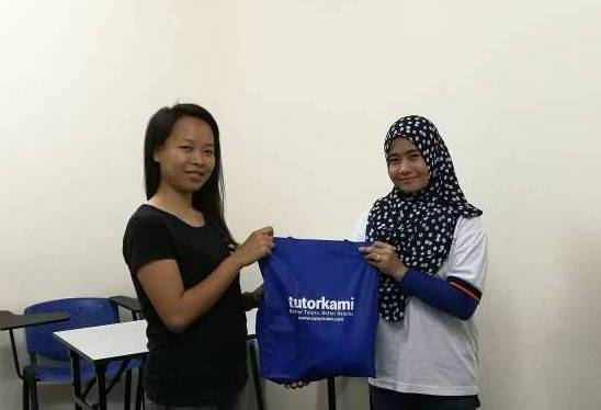 TutorKami of the month, Miss Ivy menerima hadiah istimewa dari TutorKami