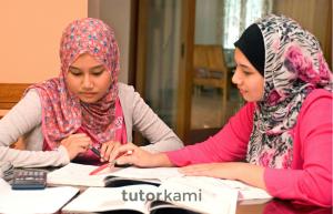 Seorang cikgu tuisyen mengajar calon SPM Ulangan di rumah.